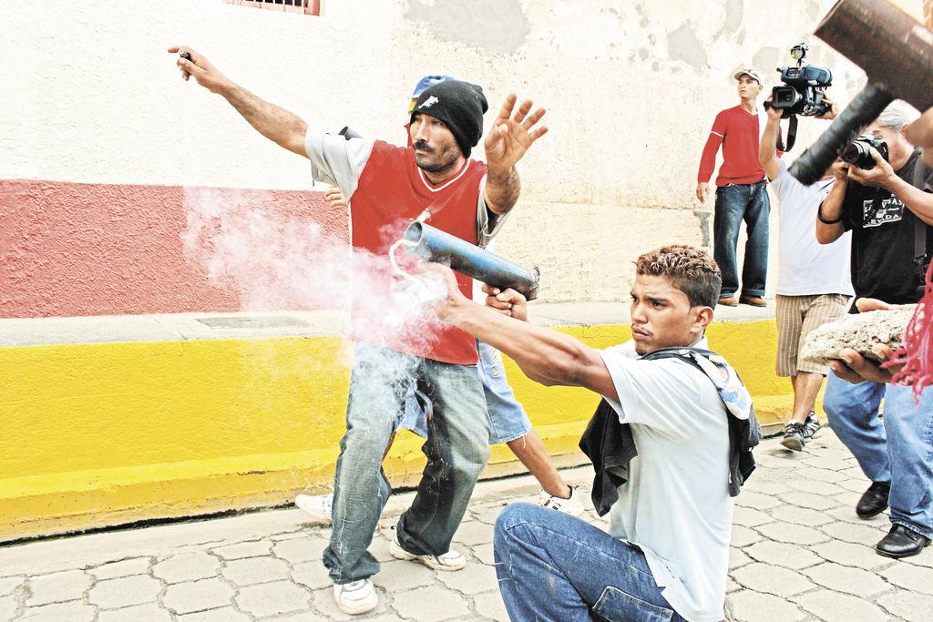 Credito: Turbas orteguistas disparan sus armas de fuego artesanales contra efectivos de la Policía Nacional. LA PRENSA/ E. LÓPEZ
