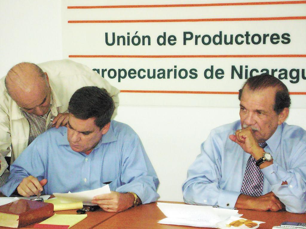 El presidente del Consejo Superior de la Empresa Privada (Cosep), José Adán Aguerri, se comprometió con los caficultores a  analizar los mecanismos legales que permitan revertir la nueva normativa salarial que emitió el Ministerio del Trabajo.