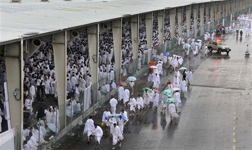 Miles de musulmanes abarrotaban una estación de trenes de la Meca, en una jornada dominada por una inusual e intensa lluvia. LA PRENSA/AP