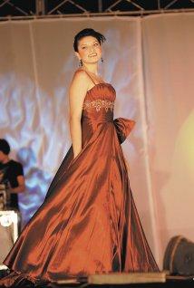 Doris García, modela un  diseño de la colección  de Galatea, Moda de España.