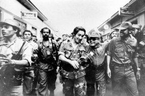 Risas de triunfo. Edén Pastora y Tomás Borge avanzan alegres de Masaya a Managua, a celebrar el triunfo revolucionario.