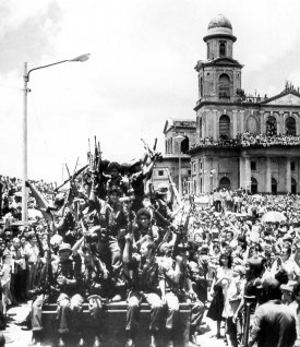 """Apoteosis. Managua, la ciudad en ruinas, recibe con regocijo a los """"muchachos"""" que pelearon por la revolución."""