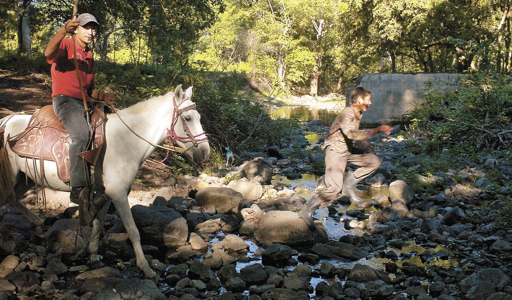 Donde antes hubo  una represa, ahora  hay sólo piedras en la finca El Almendro, en San Lorenzo, Boaco, uno de los municipios más golpeados por el cambio climático. LA PRENSA/ M. LORÍO