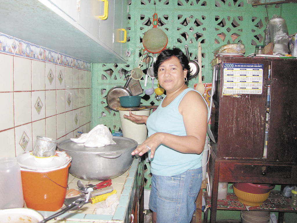 Mayela jerez en la cocina de su casa alistando el relleno navide 241 o