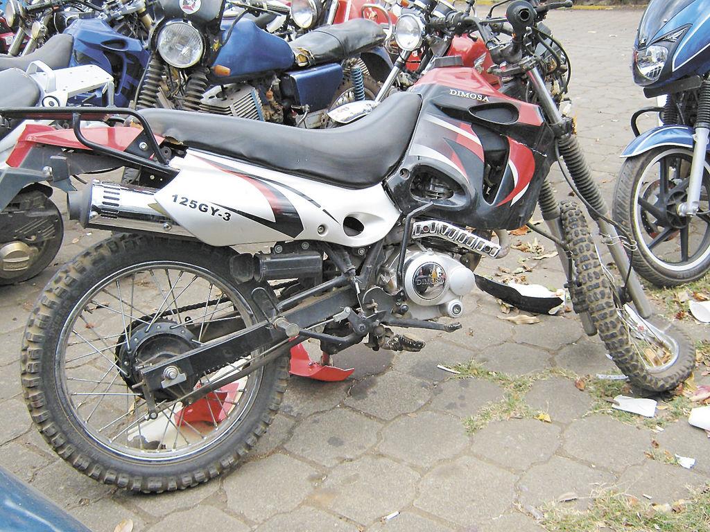 Así quedó la motocicleta que conducía Harold Ulloa, quien falleció al estrellarse contra un árbol de chilamate. LA PRENSA/I. PAdilla