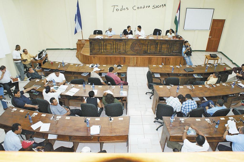 Consejeros regionales del Atlántico Sur durante la sesión en la que aprobaron el proyecto Tumarín. LA PRENSA /S. LEÓN