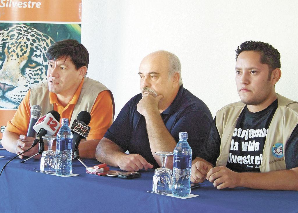 Raomir Manzanares, el veterinario Enrique Rimbaud y líderes del Club de Jóvenes Ambientalistas piden a la Asamblea se apruebe la Ley de Protección y Bienestar de Animales junto con la prohibición de peleas de gallos. LA PRENSA/ E. CRUZ