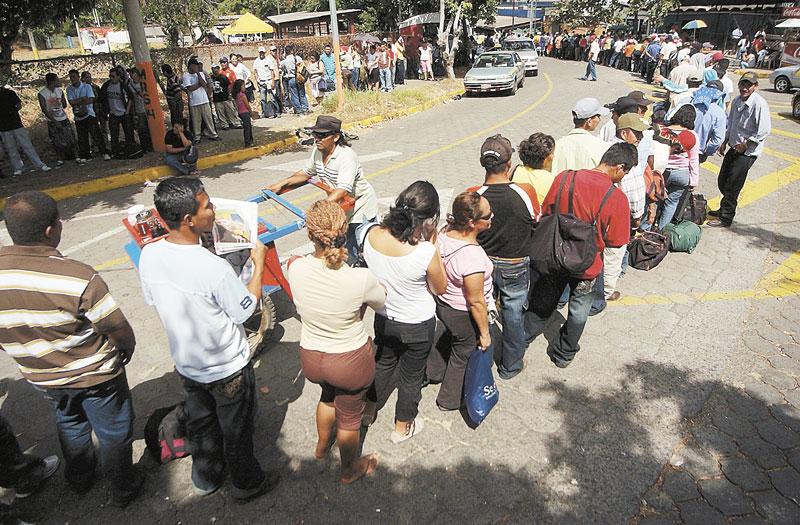 Cada año miles de nicaragüenses hacen fila frente al Consulado de Costa Rica para adquirir una visa de entrada a ese país. LA PRENSA/ ARCHIVO