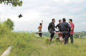 A pesar del duelo de las familias y de los disparos marcados en la pared, la Policía salvadoreña no registra las muertes de Noé y Michael. Cada año se suman miles de casos que nunca se resolverán en El Salvador, donde en el 2009 se promediaron 13 homicidios diarios.