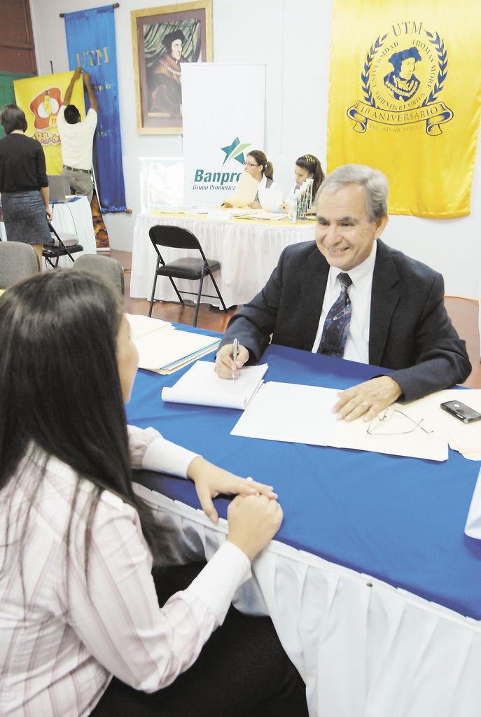 En el  2009,  el  MITRAB inscribió  a 2,365 jóvenes que buscan empleo. En la gráfica, jóvenes participando de la Feria del Trabajo que realiza la Universidad Thomas More.