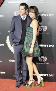 ssica Alba y su esposo, Cash Warren.   FOTOS: LA PRENSA/  AFP/ GABRIEL BOUYS.