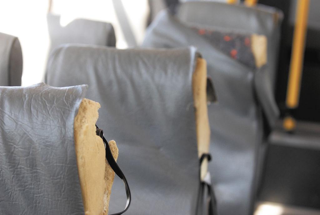 Los asientos se dañan con facilidad por lo frágil del material con que fueron construidos. LA PRENSA/ O. NAVARRETE