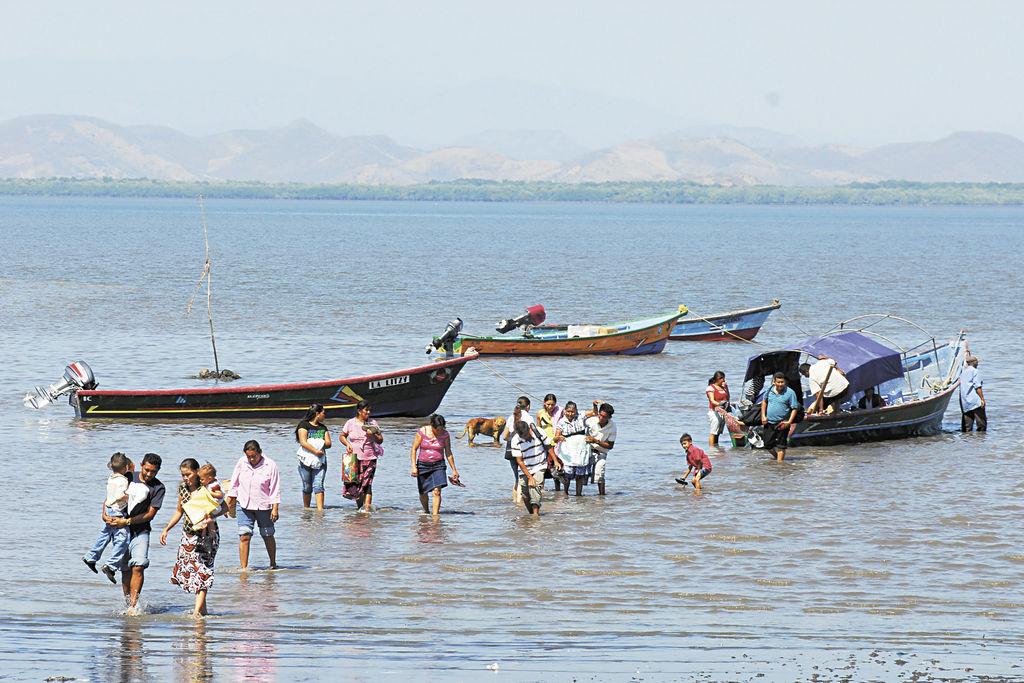 El medio de transporte que utilizan los pobladores de Amapala es la panga, por la falta de ferry. LA PRENSA/G. FLORES
