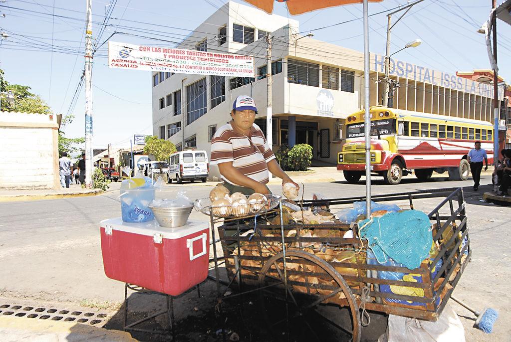 Un comerciante nicaragüense vende cocos en La Unión, El Salvador. LA PRENSA/G. FLORES