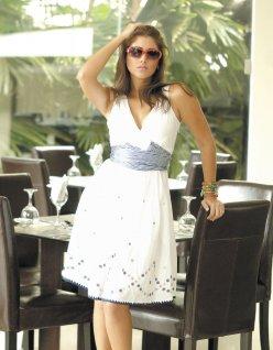 Fresca, Bella y Femenina. El blanco es una obligación en esta temporada. Esta opción es sencillamente femenina: escote en V, talle ceñido y traslapado, falda en corte A y delicados bordados.