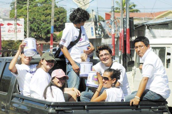 En las calles las cosas también estuvieron movidas, miles de jóvenes se lanzaron por una moneda y mil esperanzas en la colecta masiva del Teletón. LA PRENSA/Guillermo Flores Morales