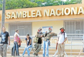 """Las """"turbas"""" orteguistas utilizaron una gran cantidad de morteros durante la marcha que organizaron Rafael Solís y los jueces orteguistas, quienes abandonaron sus puestos de trabajo. LA PRENSA/ARCHIVO/MANUEL ESQUIVEL"""