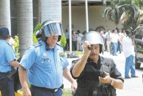 Los policías se vieron reducidos al ridículo, obligados por sus jefes a proteger a los agresores que destruían todo a su paso. LA PRENSA/M. ESQUIVEL