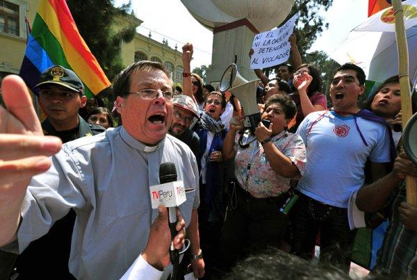Gays y católicos chocan en Perú