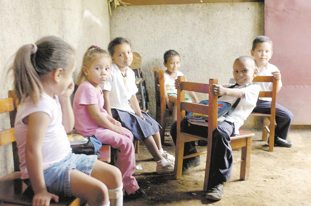 Los niños del preescolar comunitario Fuente de Agua Viva  tienen que pasar la hora del recreo en lo que minutos antes era el salón de clases. LA PRENSA/ M. LORÍO