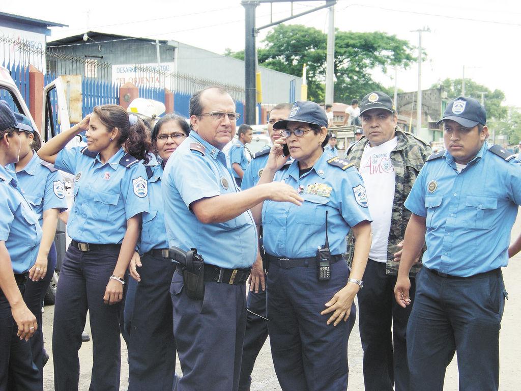 Policías de la Estación Cuatro, Ajax Delgado y de la Brigada de Tránsito dieron cobertura al incendio de ayer. LA PRENSA/M. CUADRA