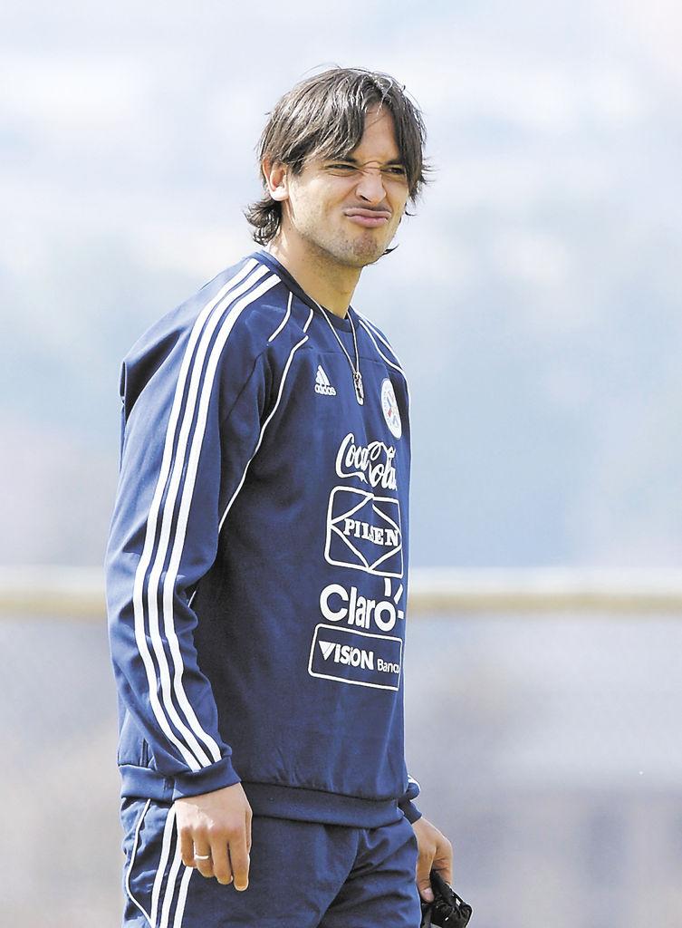 El goleador paraguayo Roque Santa Cruz. LA PRENSA/AFP/JUAN MABROMATA