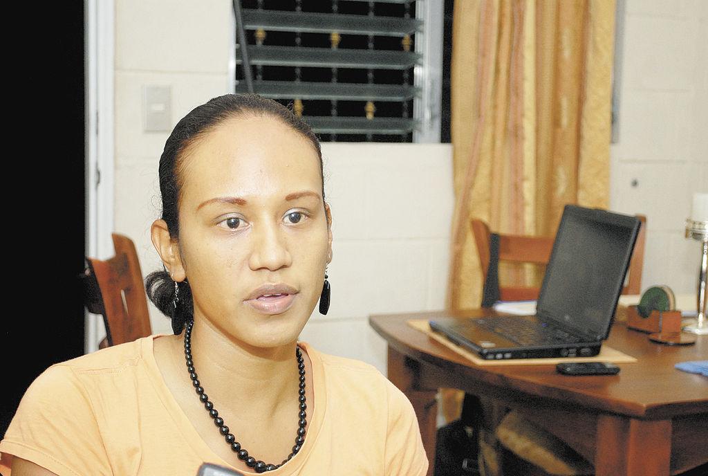 Mabel Espinoza  es otra de los habitantes que se queja por los problemas en las casas.  LA PRENSA/BISMARCK PICADO