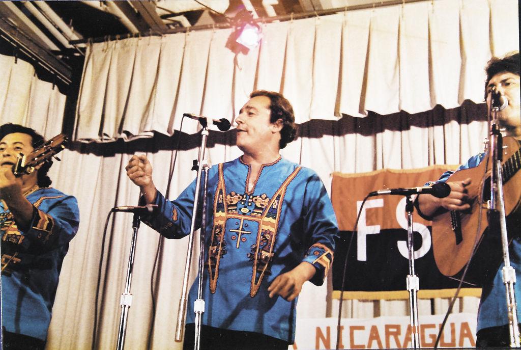 Carlos Mejía Godoy y los de Palacagüina en una de sus presentaciones después del triunfo de la revolución.
