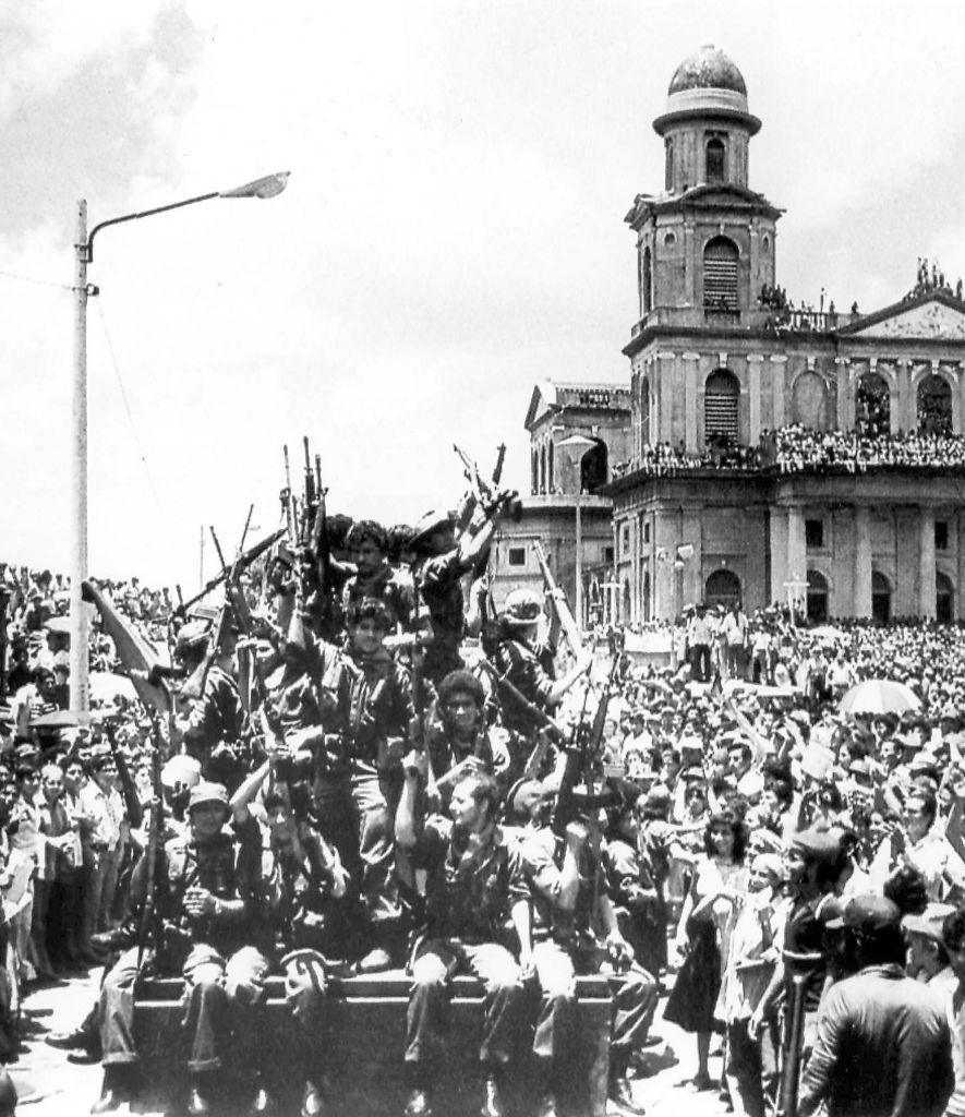 Llegada de los guerrilleros sandinistas el 20 de julio de 1979 a la Plaza donde está ubicada la antigua Catedral , en el triunfo de la Revolución.