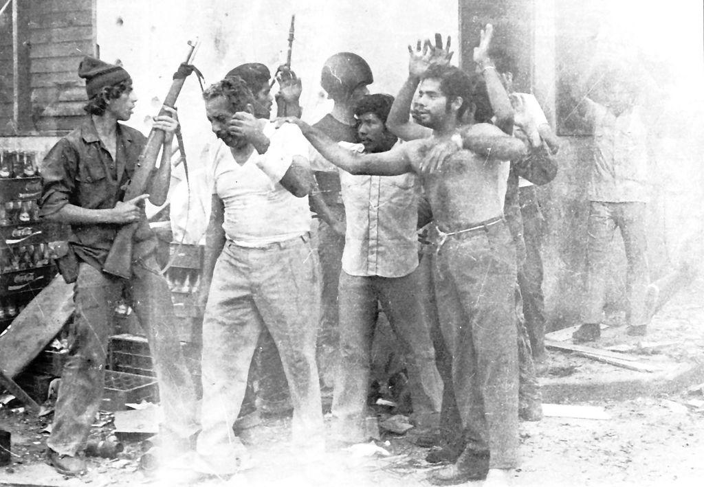 Guerrilleros sandinistas caputraron a soldados de la Guardia Nacional, durante la insurrección en 1979.