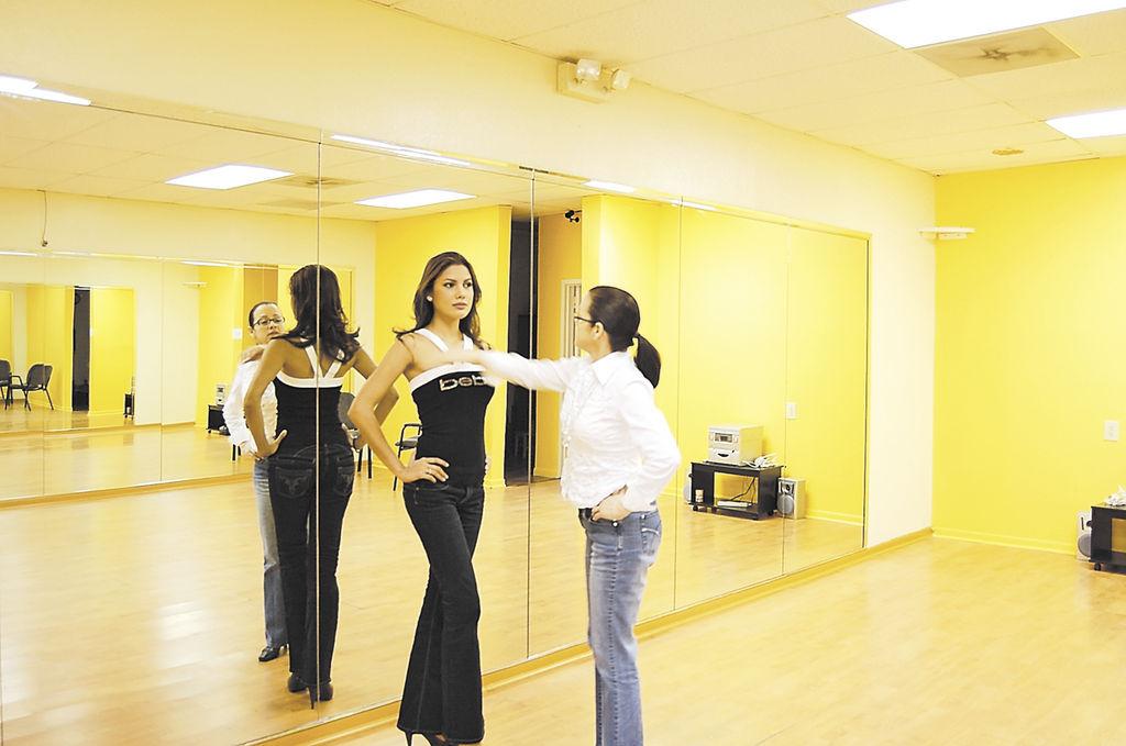 Xiomara Blandino, Miss Nicaragua 2007 junto a Juan Brenes de Juanes Estilistas, la sala de belleza a cargo del manejo de imagen de las misses.