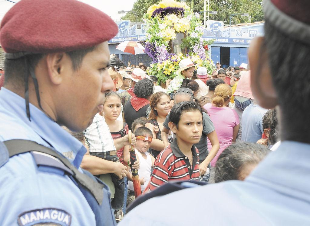 La Policía Nacional  resguardó la festividad de Santo Domingo de Abajo, en Ciudad Sandino, que dejó 20 detenidos por alteración al orden y el decomiso de tres machetes.  LA PRENSA /MANUEL ESQUIVEL