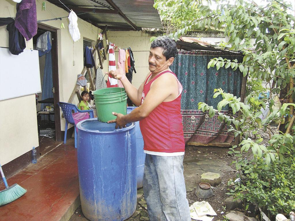 Carlos González,  del reparto El Rosario, logró almacenar agua en un barril para hacer los oficios de la casa.    LA PRENSA/ L. VARGAS