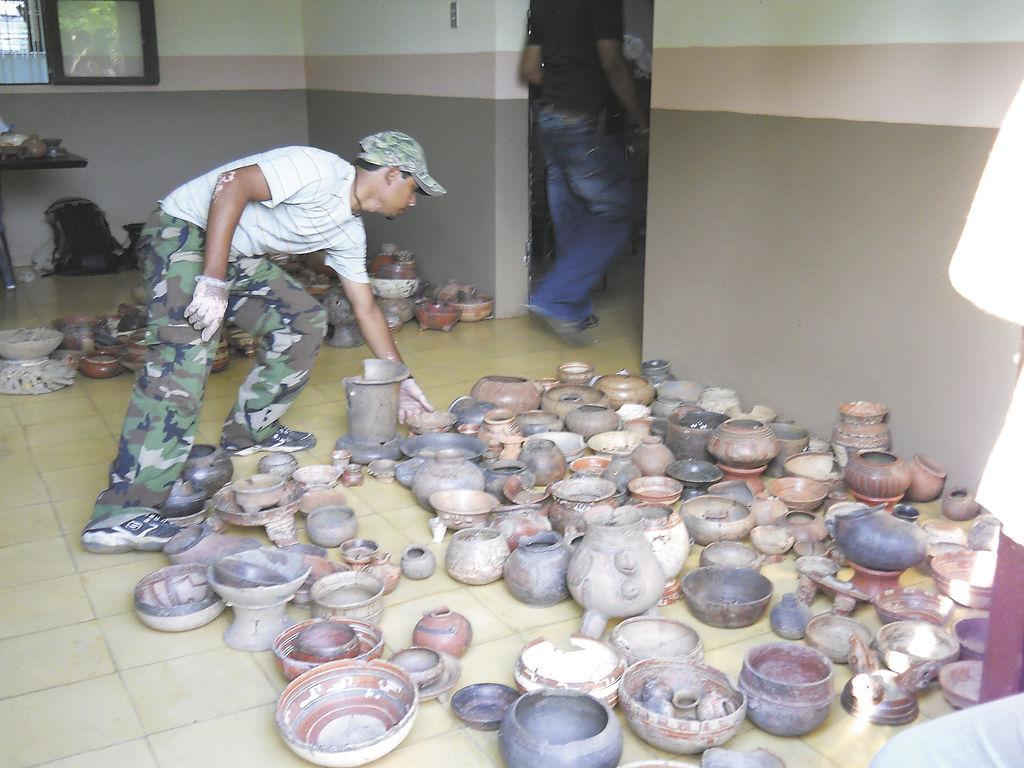 Las autoridades del INC y de la Policía Nacional realizaron un conteo de las piezas arqueológicas.  LA PRENSA/L. VARGAS