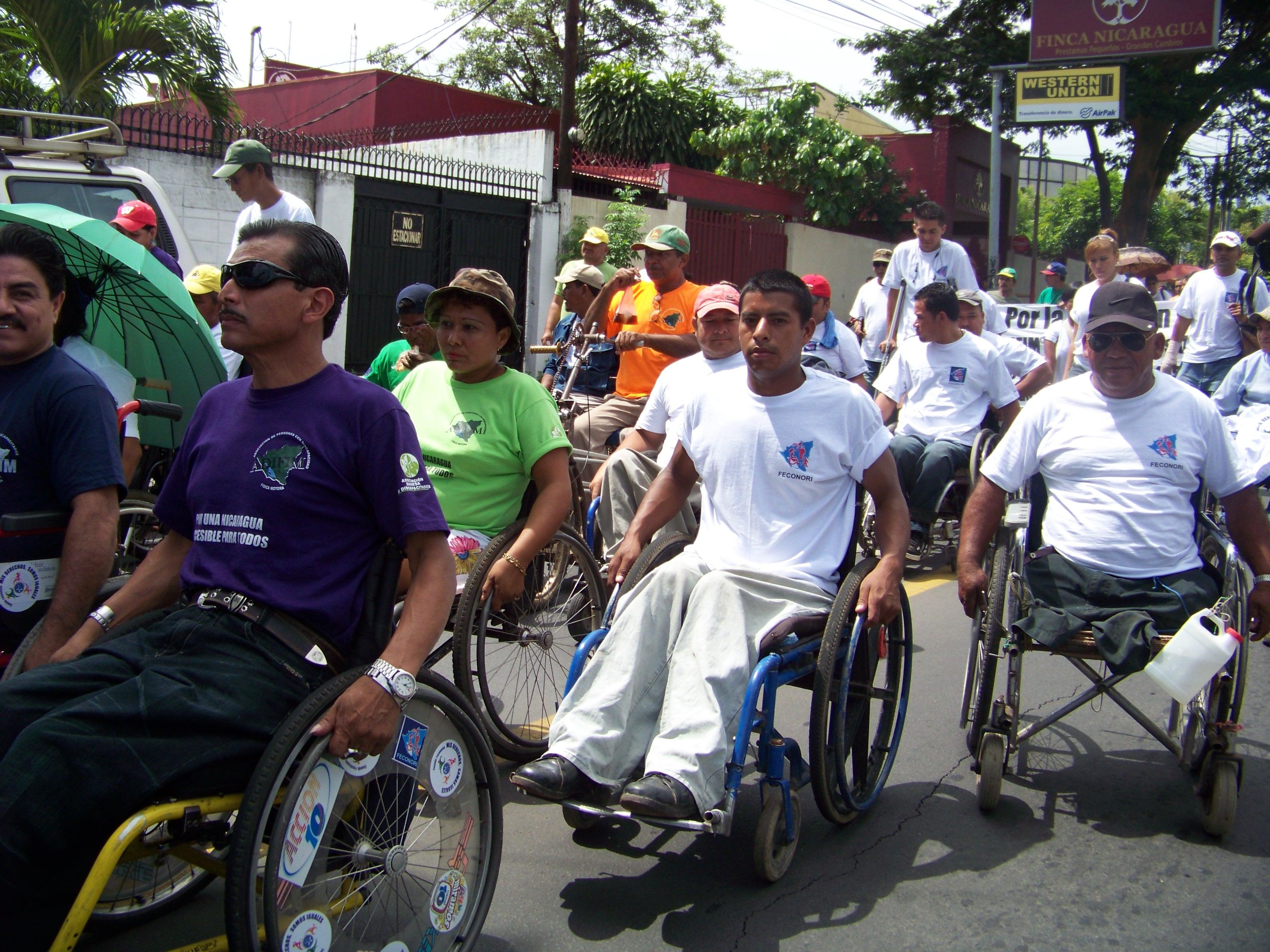 A pie, con muletas, en sillas de ruedas y en camionetas, una gran cantidad de personas discapacitadas marcharon hoy hasta la Asamblea Nacional donde entregaron 43,000 firmas de respaldo para reformar la Ley de Pensión de Gracia. LA PRENSA/ADELIA SANDOVAL