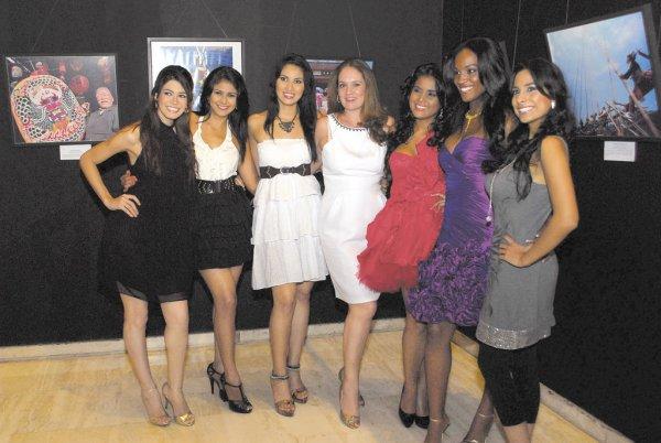 Karen Celebertti (al centro), directora de la Organización Miss Nicaragua, junto a Miss Nicaragua 2010, finalistas y candidatas del certamen de este año.