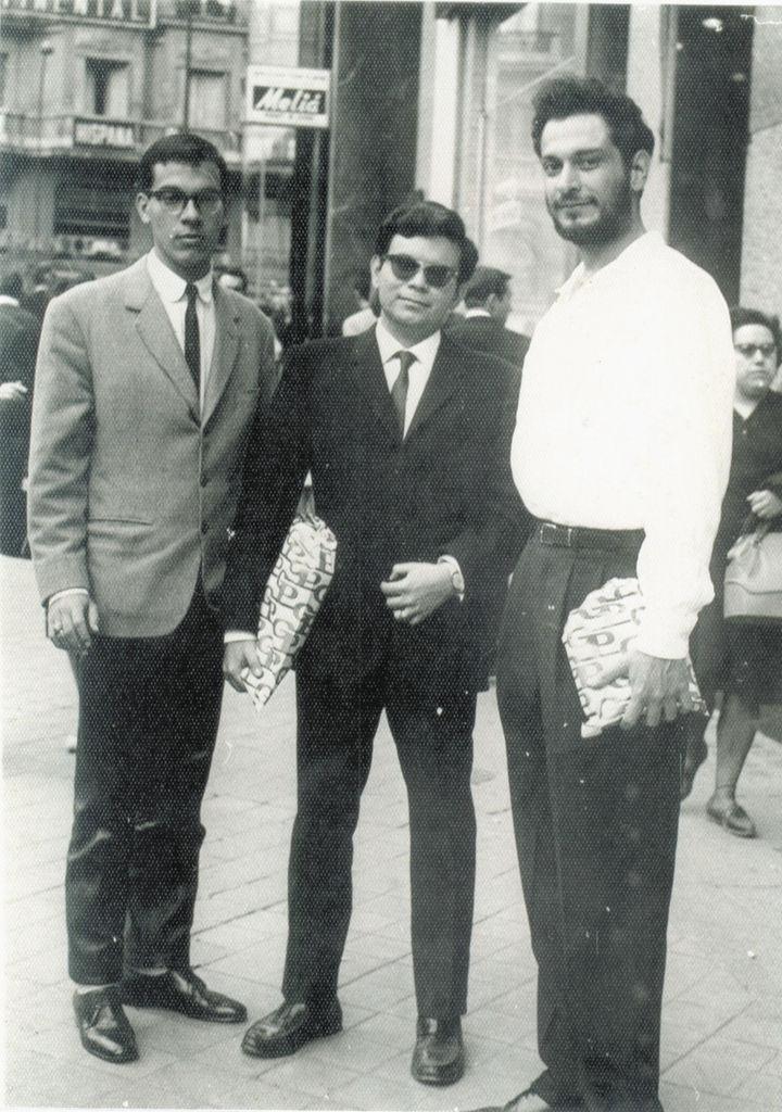 El poeta julio cabrales junto a Luis Rocha y Horacio Peña en España en 1963 en Madrid.LA PRENSA/ CORTESÍA
