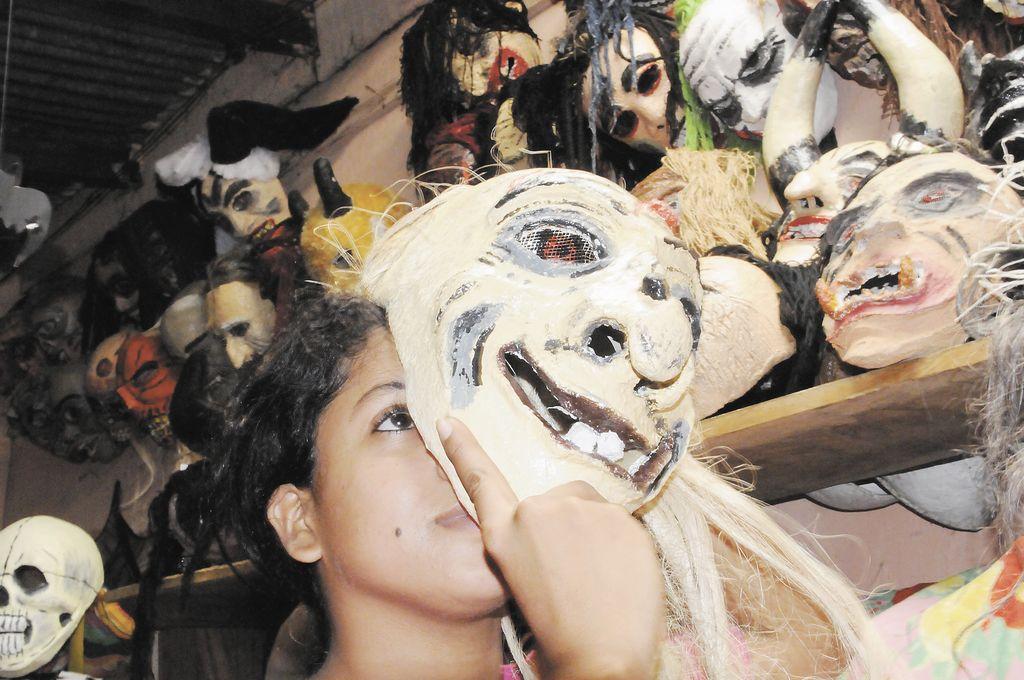 Papel maché, pintura, talento y tradición. Mezcla perfecta para elaborar las máscaras artesanales que le dan rostro a los agüizotes. Jamey Plata Zepeda es uno de los dos nietos que continúan el trabajo de don Raúl Zepeda.