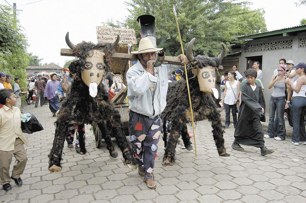 El Gran Torovenado del pueblo es la fiesta que recrea un teatro popular en el que se mezclan viejas tradiciones con elementos animales propios del origen de la fiesta, con sátiras de personajes populares y políticos.