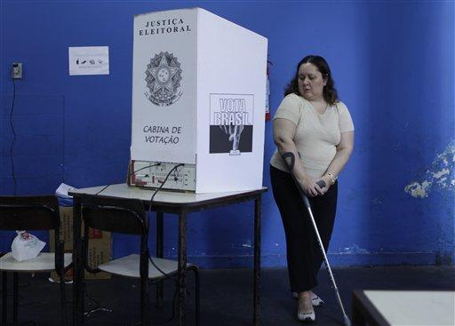 Una mujer deja una cabina de votación después de emitir su voto en Río de Janeiro, Brasil, hoy. LA PRENSA/AP/Jorge Saenz