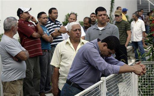 Desde muy temprano una gran cantidad de personas esperan en fila para ejercer su derecho al voto hoy en Río de Janeiro, Brasil. LA PRENSA/AP/Jorge Saenz