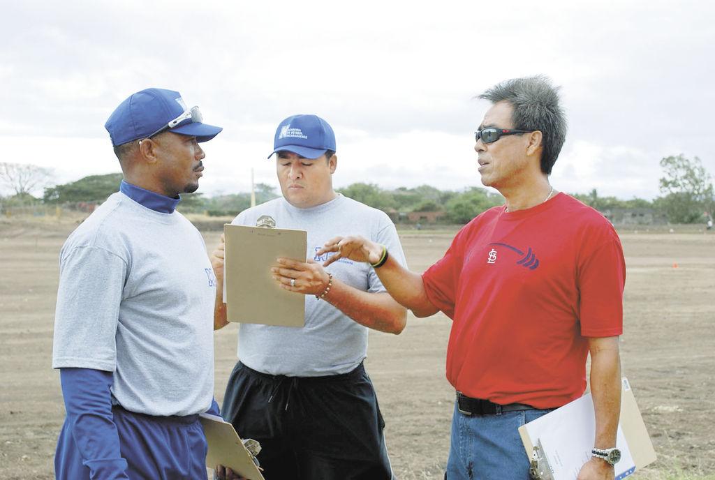 Denis y sus entrenadores  en la Academia de Beisbol. LA PRENSA/CARLOS MONTEALTO