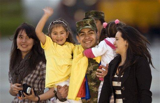 FARC libera a dos rehenes