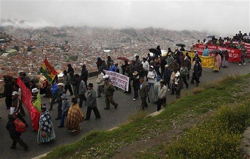 Cientos de indígenas bajan hacia La Paz para protestar por el alza de los alimentos. LA PRENSA / AP