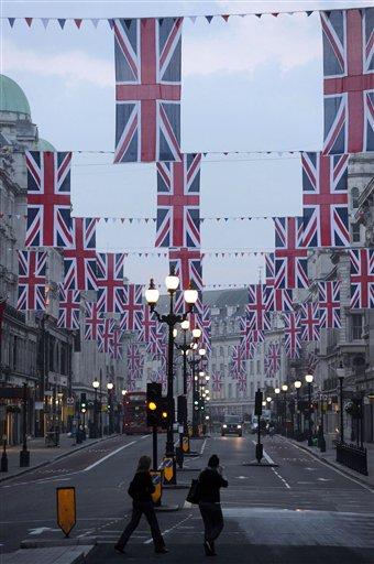 Decenas de banderas cuelgan a lo largo de Regent Street en Londres previo a la celebración de la próxima boda real entre el príncipe Guillermo y Kate Middleton. LA PRENSA/AP/ PA, Carl Tribunal