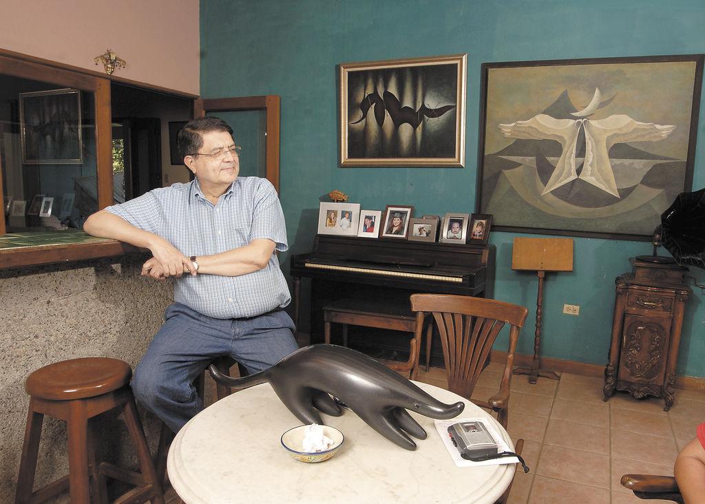 Sergio Ramírez en una de las salas de su casa. LA PRENSA/U. MOLINA