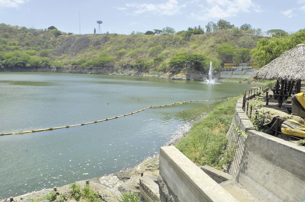 La Laguna de Tiscapa  recibe agua de tres cauces que cruzan la ciudad. Eso aumenta su contaminación. LA PRENSA/ M. LORÍO.