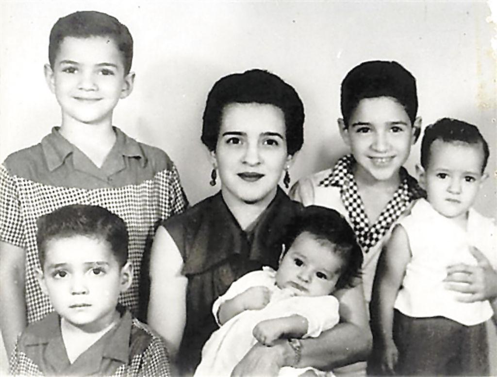 Carolina Fonseca Sevilla de Morales con cinco de sus seis hijos: Manuel, Beltrán, cargando a Antonio, Luis Francisco y Javier. Tomada a mediados de los años 50. LA PRENSA/CORTESÍA