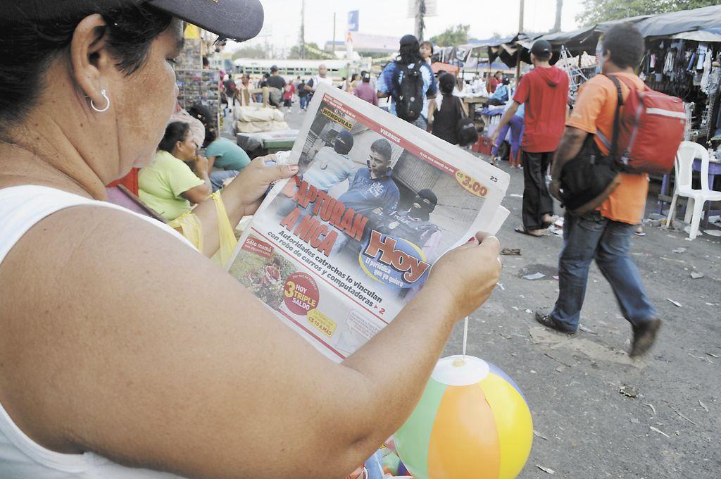 Una comerciante  del mercado Oriental se informa con el periódico HOY en sus tiempos libres.  LA PRENSA/B. PICADO