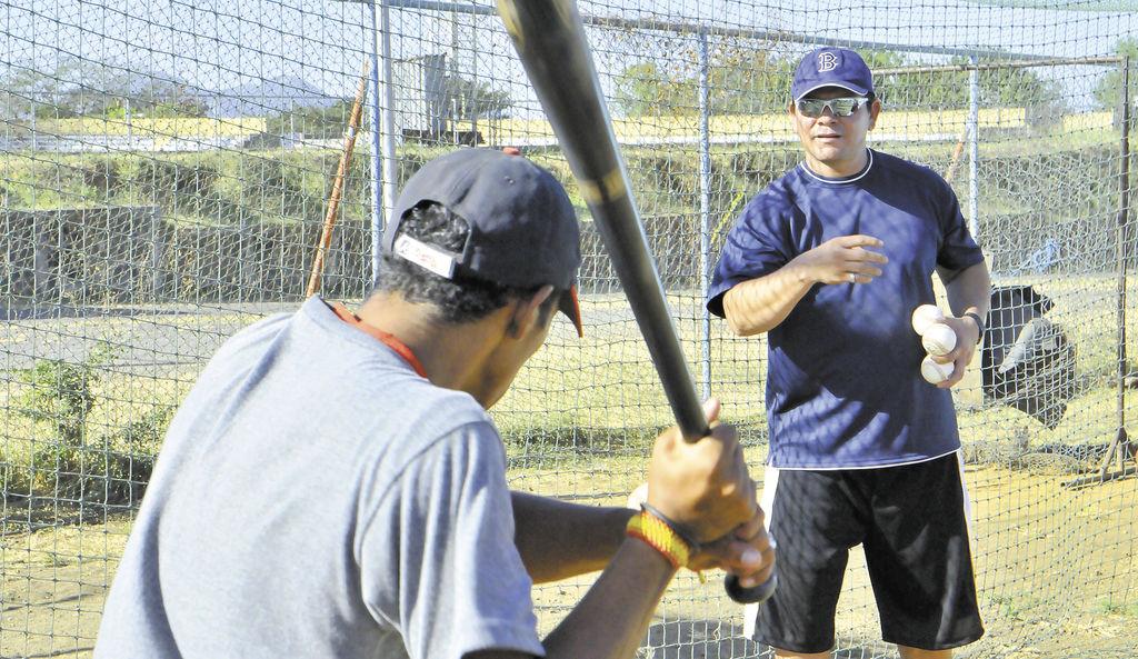 El expelotero, Henry Roa (derecha), será parte del cuerpo técnico de la Selección Nacional de Beisbol de Nicaragua. LA PRENSA/MIGUEL LORÍO